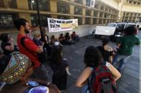 Grupo de alunos protestou em frente à reitoria, durante reunião do Consun, realizada na sexta-feira