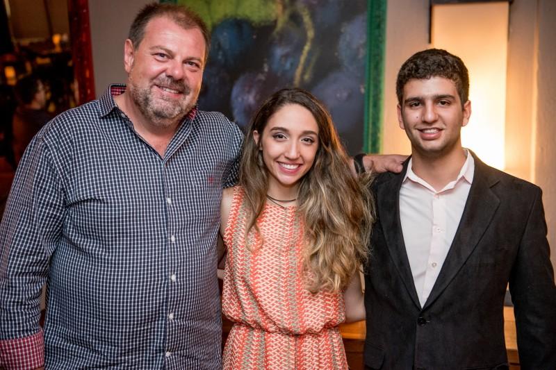 Jefferson Fürstenau com os músicos Maria Luiza Fontoura e Lucas de Azevedo no Sarau no Porão