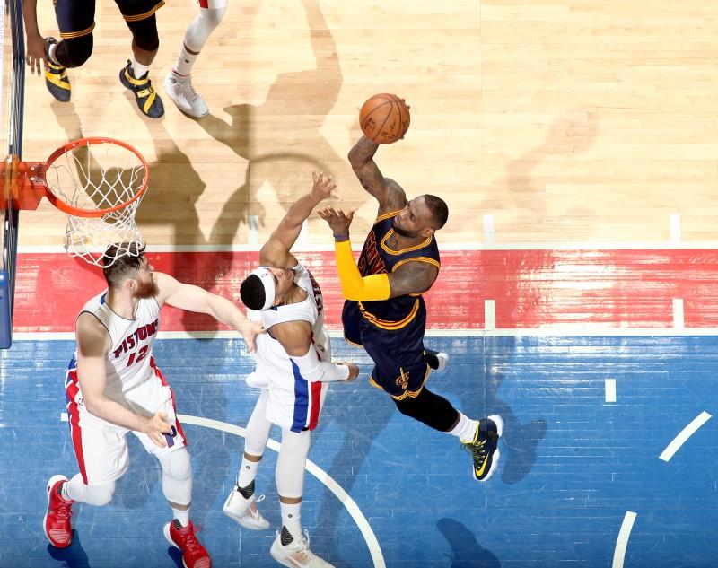 James anota uma cesta contra os Pistons