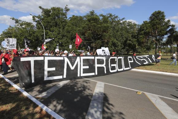 Grupo leva ao Jaburu faixa em que chama o vice-presidente de golpista
