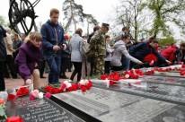 Flores foram depositadas sobre local que lembra as vítimas da tragédia