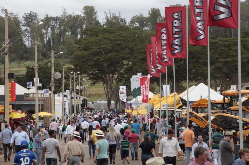 Na feira de Ribeirão Preto, Santander e Bradesco estão fazendo ampla divulgação e oferta de vantagens