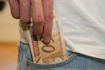 Queda da inflação melhora renda, mas dívida alta mantém consumo retraído
