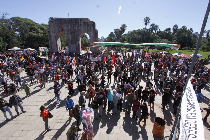 Grupo de se reuniu em frente ao Monumento do Expedicionário, na Redenção