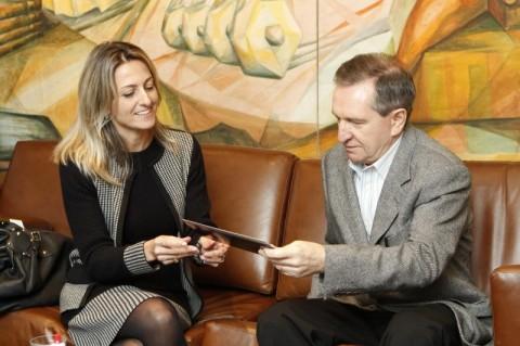 Simone Leite entregou convite para cerimônia de posse ao diretor-presidente do JC, Mércio Tumelero