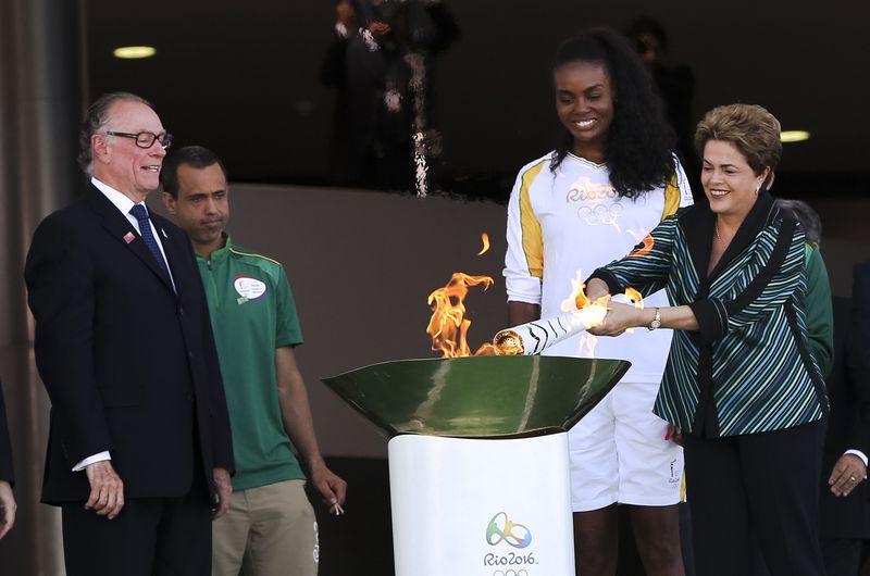 Dilma Rousseff acendeu a tocha e entregou para a atleta Fabiana, do vôlei