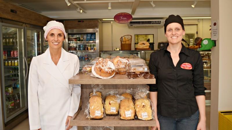 A padaria  é o primeiro negócio próprio das duas amigas, Isadora Marcantonio (e) e Renata Diefenbach