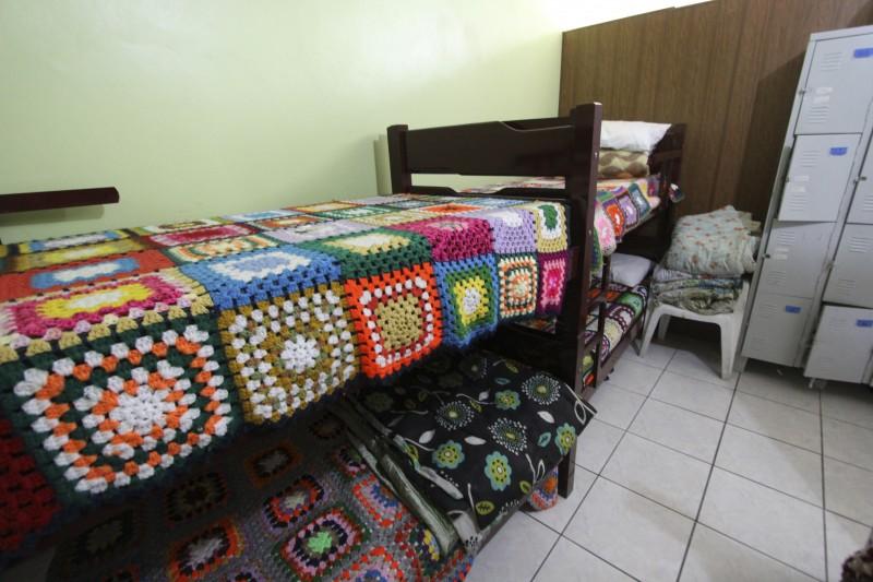 Além de cama e materiais de higiene, local oferece quatro refeições diárias