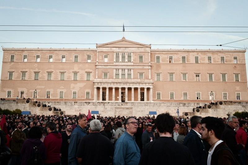 Manifestantes protestam contra medidas do parlamento, em Atenas