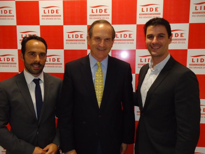 Eduardo Fernandez com o palestrante, Luiz Fernando Furlan, e Gustavo Ene
