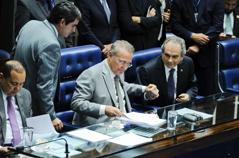 Com a determinação, senador Renan Calheiros (c) manterá votação do processo para esta quarta-feira