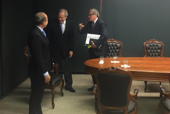 Lewandowski recebe o secretário-geral da OEA, Luís Almagro (dir), e o presidente da Corte Interamericana de Direitos Humanos, Roberto Caldas (esq)