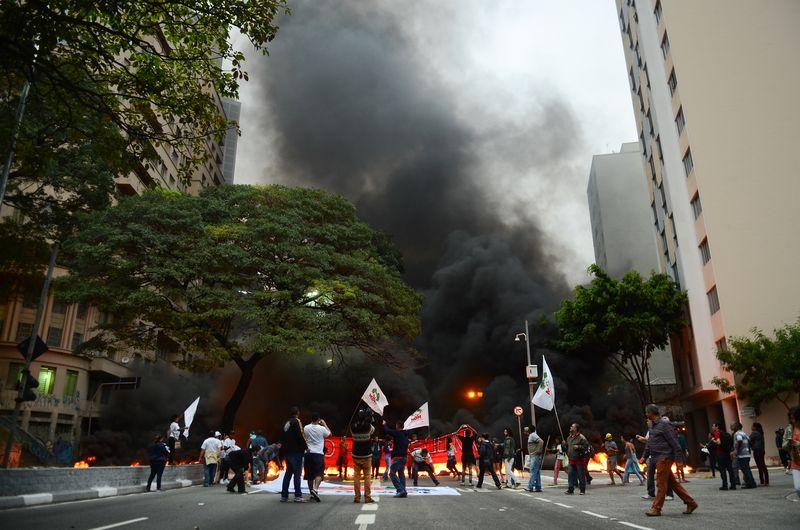 Manifestantes atearam fogo a pneus em ato ao lado da Praça da Bandeira, em São Paulo