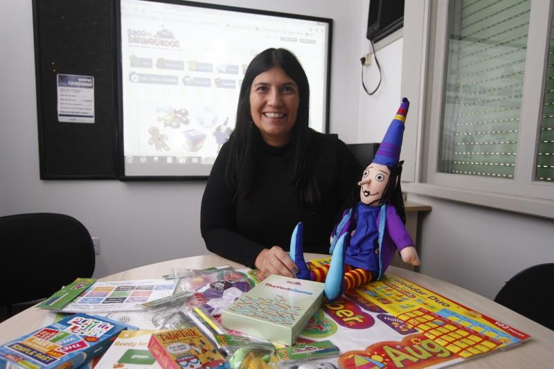 Tatiana, que ensina inglês há mais de 20 anos, salienta o diferencial de conhecer o produto na hora da venda