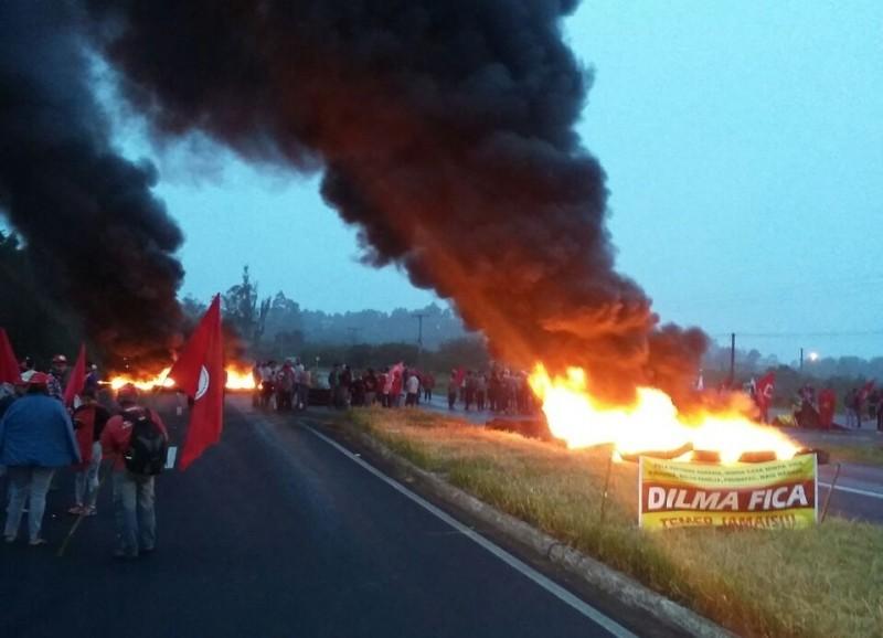 Nas rodovias, pneus foram incendiados e manifestantes tomaram as pistas