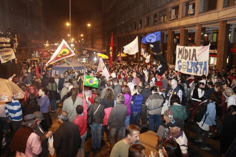 Cerca de 3 mil pessoas, segundo os organizadores, se reuniram no Centro Histórico para uma vigília pela democracia