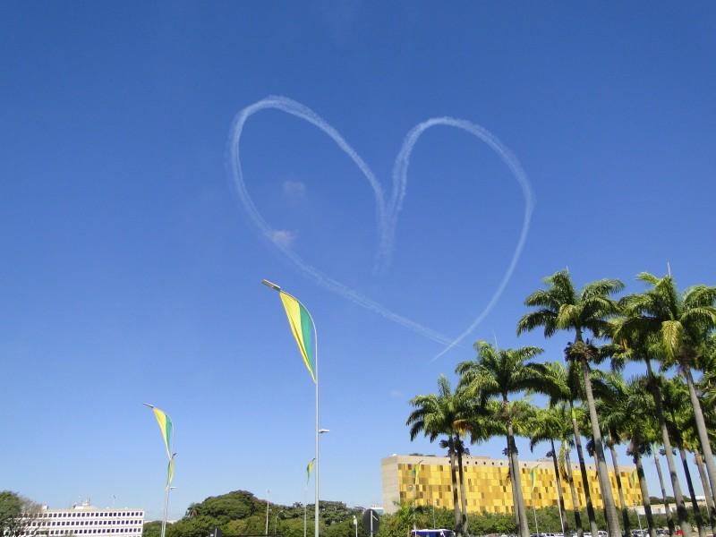 Esquadrilha da Fumaça desenhou um coração no céu de Brasília