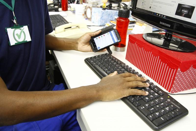 Uso de celulares e redes sociais é permitido por muitas companhias, desde que haja parcimônia por parte do funcionário