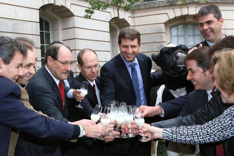 Autoridades brindaram nos jardins do Palácio na companhia de VB Magnólia Argentino