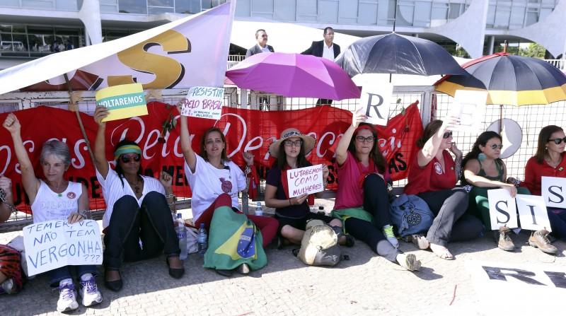 Mulheres acorrentadas em frente ao Palácio do Planalto protestam contra afastamento de Dilma Rousseff