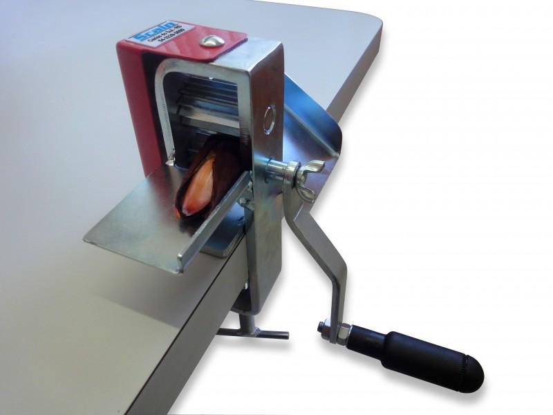 Descascador de pinhão, máquina produzida pela Metalúrgica Scain, de Caxias do Sul. Cred Metalúrgica Scain-divulgação.jpg