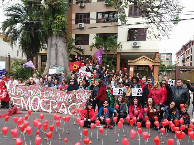 No dia do afastamento, mulheres fizeram um ato em frente à residência de Dilma em Porto Alegre