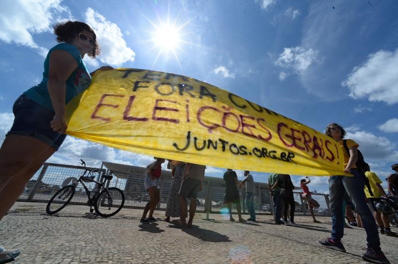 Manifestação chegou a reunir 400 pessoas, segundo a Polícia Militar, diante da sede do governo federal
