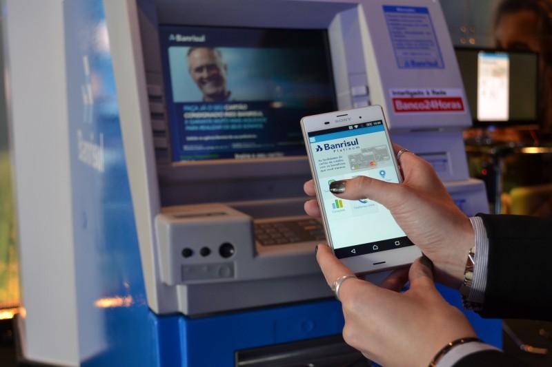 Usuário autoriza o valor no app e recebe código para sacar o dinheiro