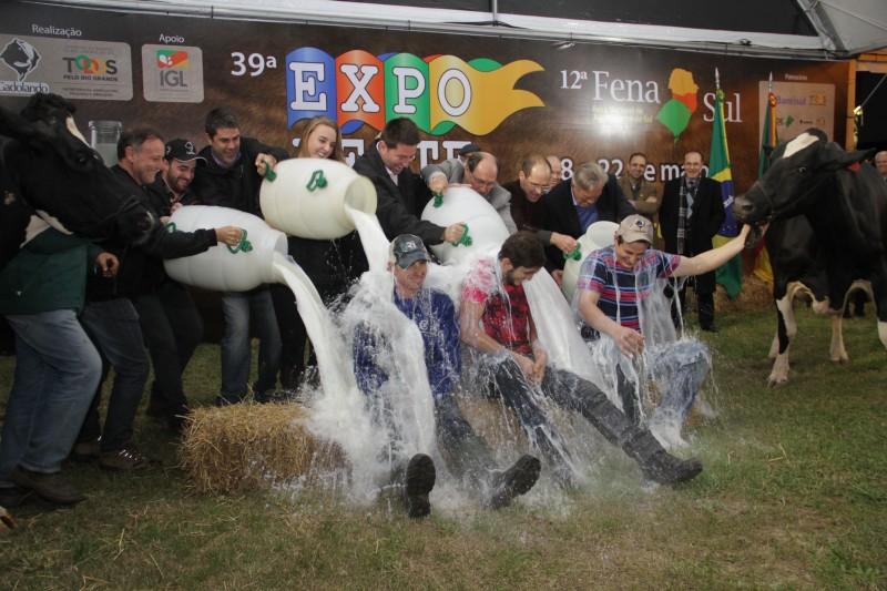 Vencedores recebem banho de leite