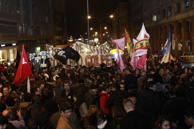 Multidão se encontrou na Esquina Democrática e depois saiu em caminhada pelo Centro e Cidade Baixa