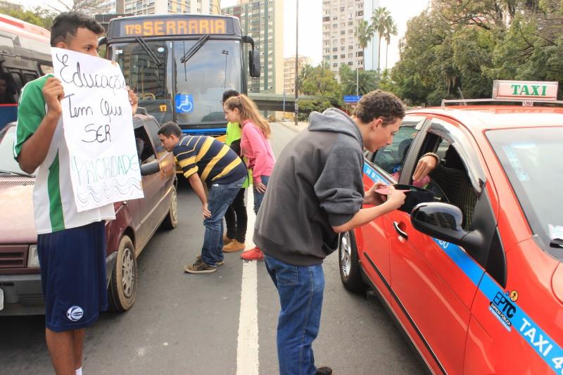 Estudantes do Paula Soares abordam motoristas para conseguir arrecadar fundos