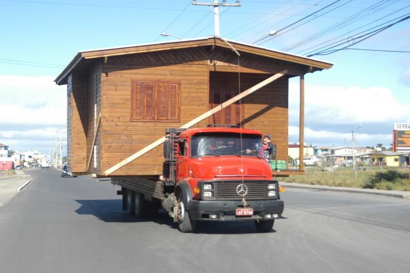 Casa é transportada por caminhão na praia de Capão da Canoa