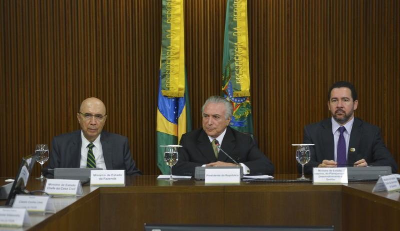 Henrique Meirelles (Fazenda), Michel Temer (presidente interino) e Dyogo Oliveira (Planejamento) durante o anuncio de medidas, na manhã de ontem, no Palácio do Jaburu