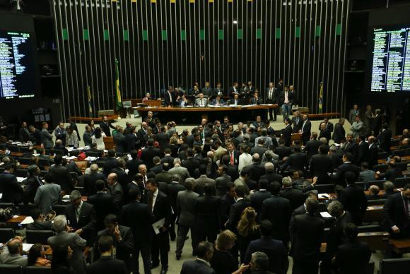Com mais de 16 horas de votação, os deputados e senadores votaram ainda 24 vetos presidenciais que trancavam a pauta