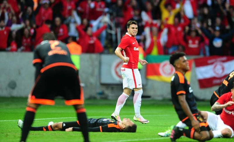 Meia Andrigo comemora após o gol contra da equipe pernambucana