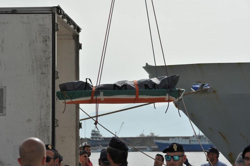 Corpos de mortos são retirados de navio da Guarda Costeira