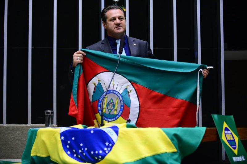 Cherini chegou a mostrar a bandeira do Estado ao votar pelo processo de impeachment