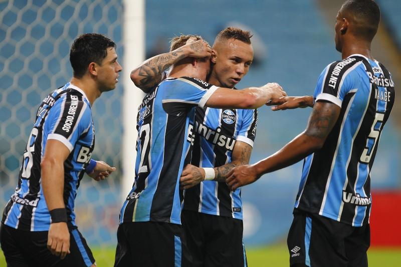 O Grêmio assumiu a liderança do Campeonato Brasileiro ao vencer o Coritiba por 2 a 0, em casa