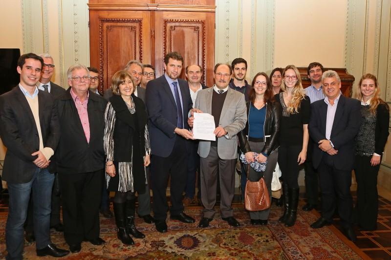 Documento foi entregue ontem ao governador José Ivo Sartori no Palácio Piratini