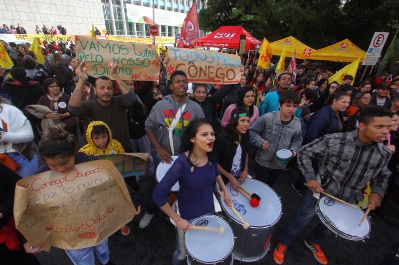 Estudantes participaram de ato em frente ao Palácio Piratini