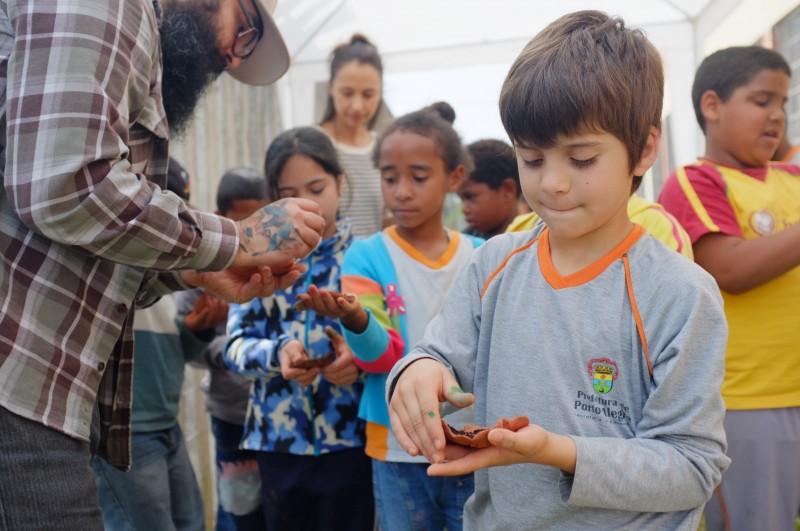 Ação em escolas estimula crianças no contato com a horta
