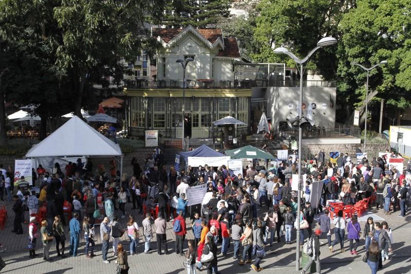 Evento que oferta vagas de emprego ocorre no Largo Glênio Peres
