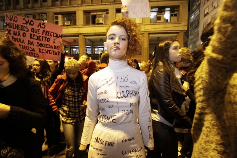 """Mulher durante o protesto """"Por Todas Elas"""", na Esquina Democrática, em Porto Alegre"""