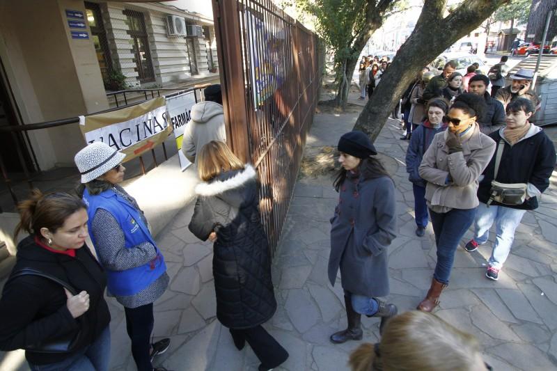 No Centro de Saúde Modelo, na Rua Jerônimo de Ornellas com a Av. João Pessoa, a fila ocupava uma quadra inteira