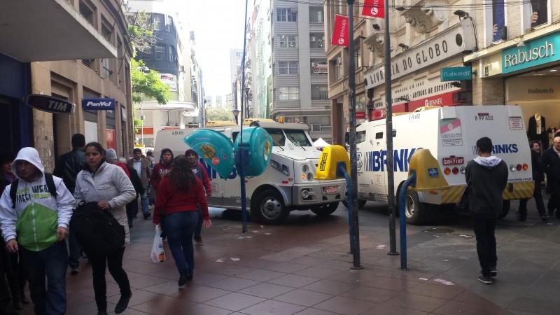Congestionamento de carros-fortes na Rua da Praia, no centro de Porto Alegre