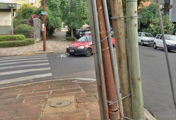 Poste inclinado (só não cai porque está escorado) quase em frente ao colégio Leonardo da Vinci