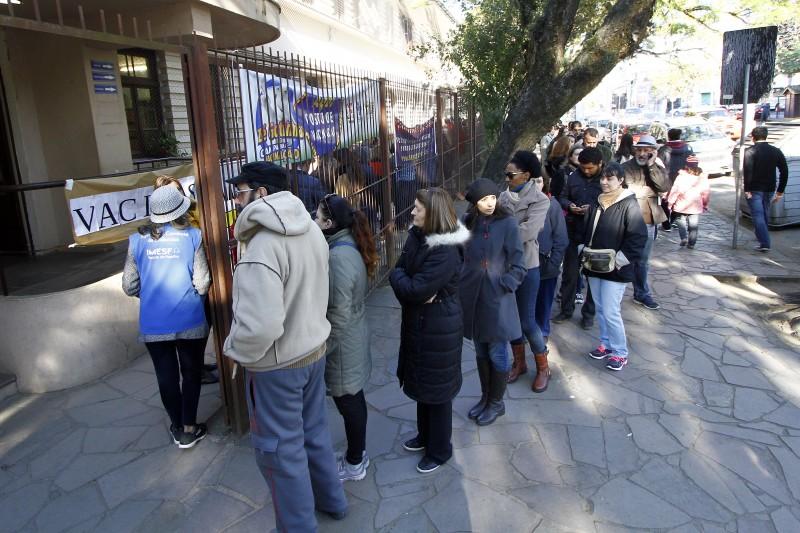 Postos apresentaram longas filas desde o início da manhã de ontem