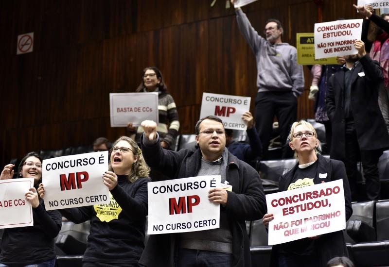 Na sessão, público exibiu cartazes criticando novos cargos comissionados
