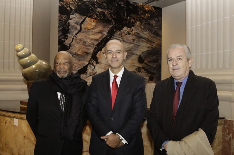 O curador Emanuel Araújo, o presidente do Santander, Sérgio Rial, e o diretor do Margs, Paulo Amaral
