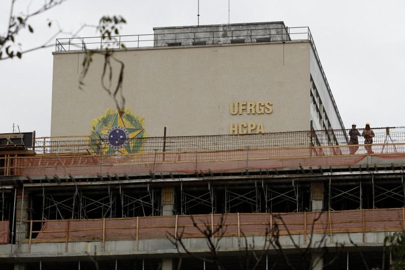 Obras na ampliação do Hospital de Clinicas, em Porto Alegre, já escondem a fachada do prédio mais antigo